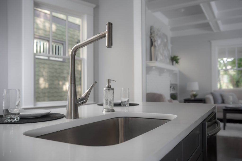 Kitchen faucet presents softened rectangular shape